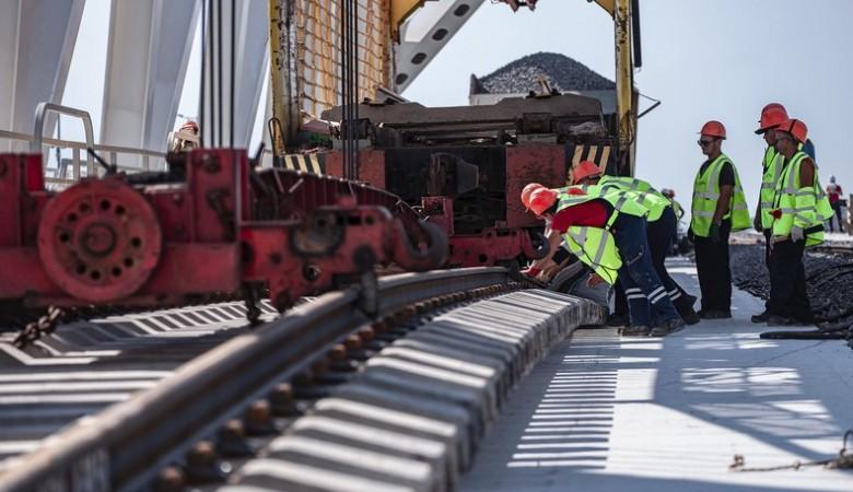 На Крымском мосту завершена укладка рельсов