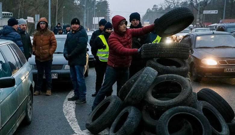 Протестующие заблокировали въезды в Киев