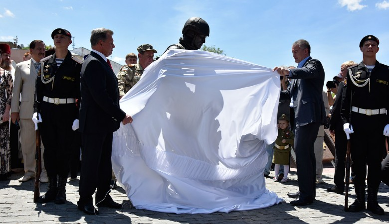 В Симферополе открыли памятник «вежливым людям»