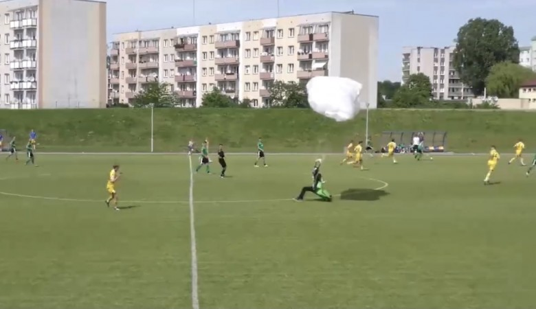 В Польше во время футболов на стадион приземлился парашютист