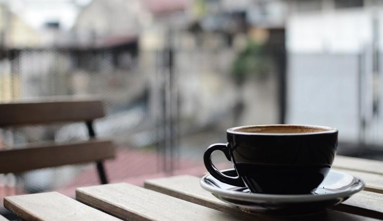 В Японии неизвестный больше суток держит в заложницах сотрудницу кафе