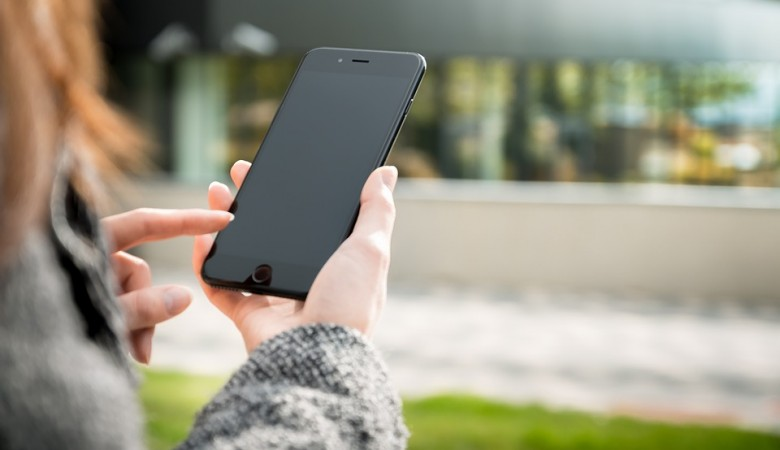 Врач рассказала об опасности бактерий на смартфоне