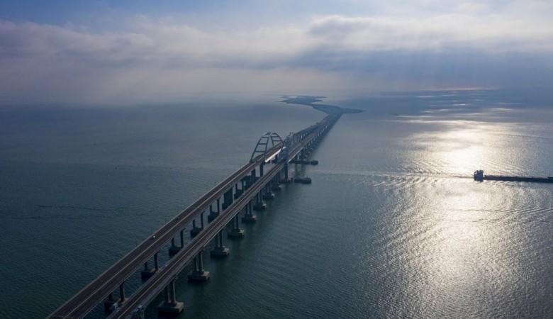 Очевидцы сняли проезжающий по Крымскому мосту двухэтажный поезд