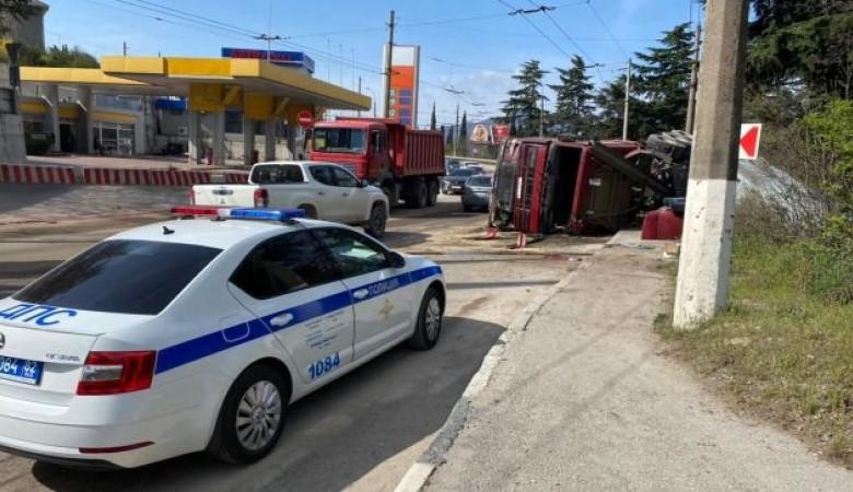 В Крыму на трассе перевернулся грузовик и сломал дорожное ограждение