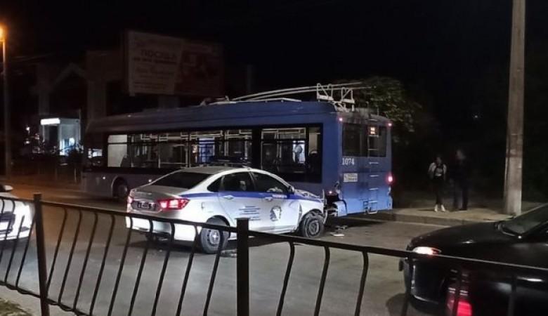 В Севастополе полицейская машина врезалась в троллейбус