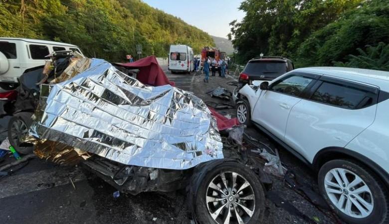 В Севастополе грузовик переехал легковушку, 5 человек погибли