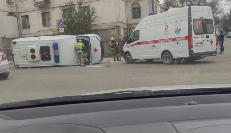 Автомобиль скорой помощи перевернулся в Севастополе