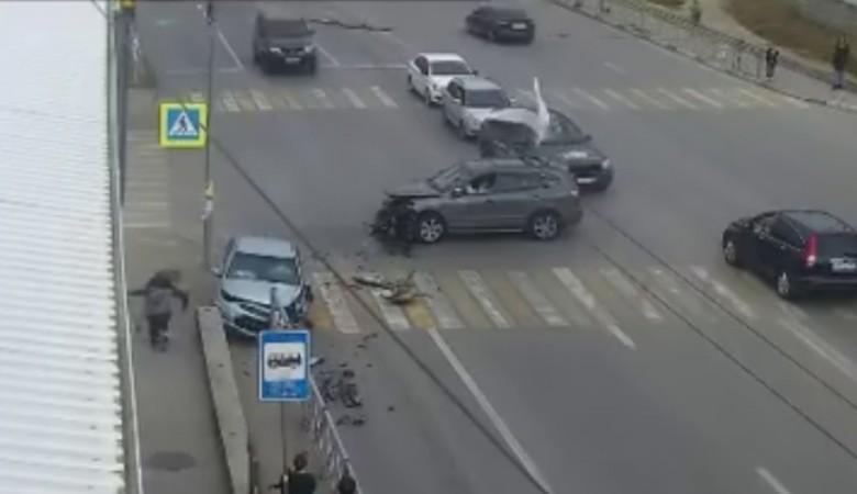 Легковушка вылетела на тротуар с пешеходами в Севастополе
