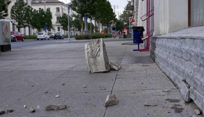 В Севастополе на тротуар Большой Морской обрушился каменный фасад
