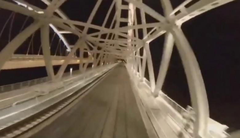 Экстремал проехал по Крымскому мосту на крыше поезда