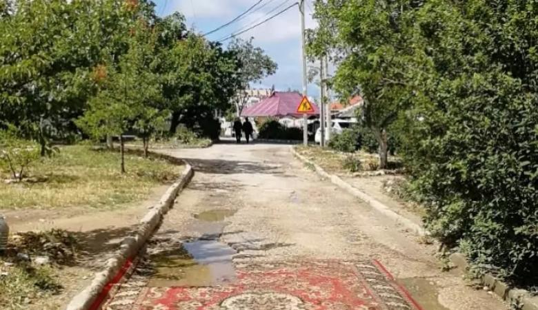 В Севастополе ямы на дороге прикрыли ковром