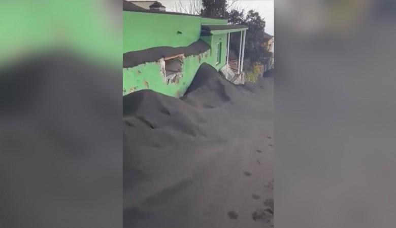 Жители острова Пальма обнаружили за окнами угольные «сугробы» из-за вулкана