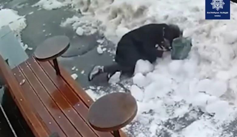 Жительницу Киева чуть не убила снежная глыба