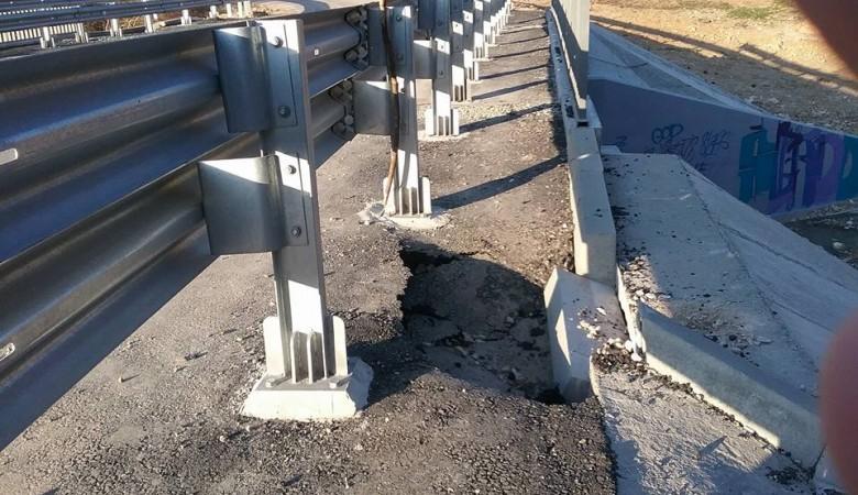 В Севастополе отремонтированный полгода назад мост по дороге на Форосскую церковь разваливается