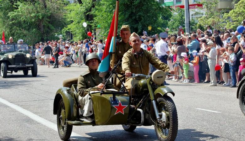 В Севастополе провели персональные парады для ветеранов