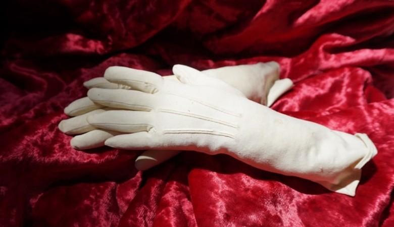 Перчатки Натальи Гончаровой стали экспонатом в крымском музее