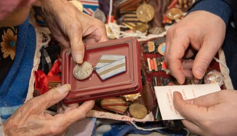Первую медаль в честь 75-летия Победы вручили в Севастополе