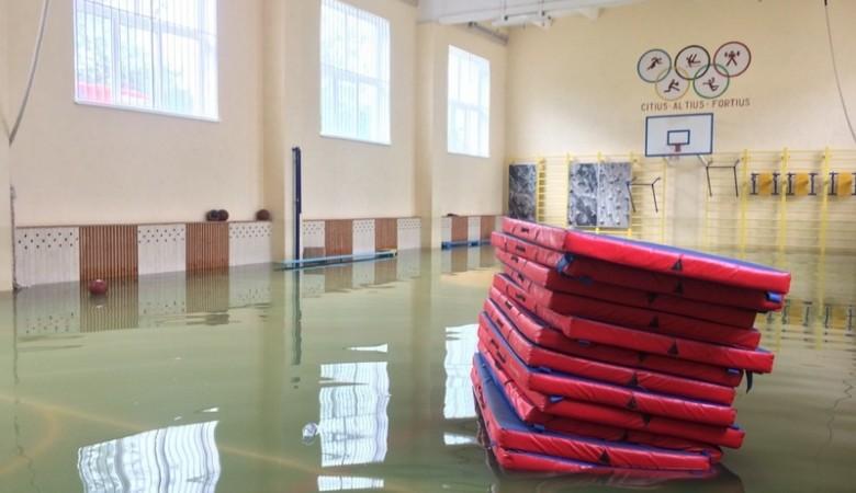 В Севастополе затопило школу