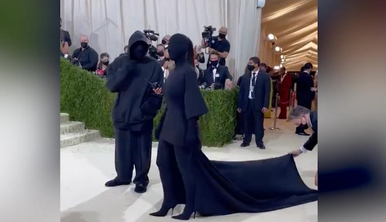 «Без лица»: Кардашьян явилась на Met Gala в черным чулке с ног до головы