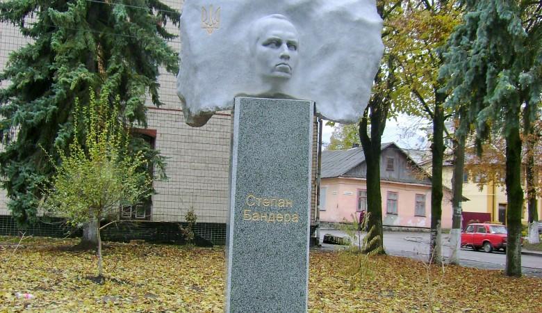 Во Львове обилили краской памятник Бандере