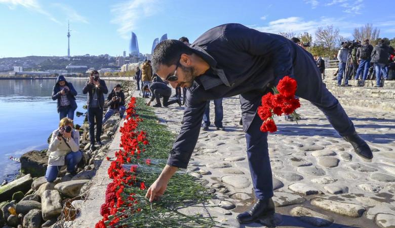 В Баку почтили память нефтяников, погибших при пожаре на морской платформе