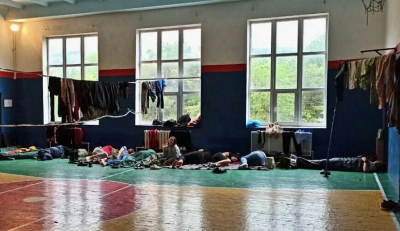 В Севастополе спасатели укрыли от дождя группу туристов с детьми