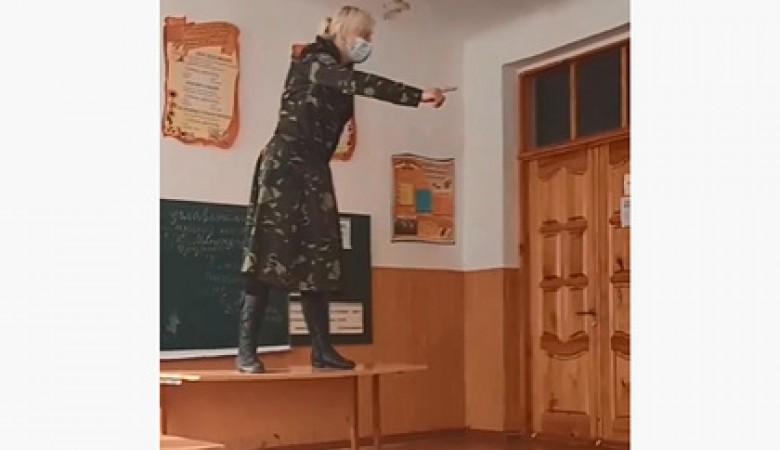 Учительница в Украине рассказала детям о Майдане взобравшись на парту