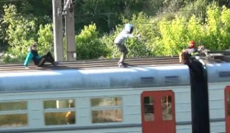 В Севастополе полицейские сняли с крыши электрички четырёх школьников